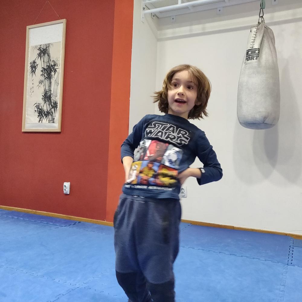 Deca se zagrevaju na treningu