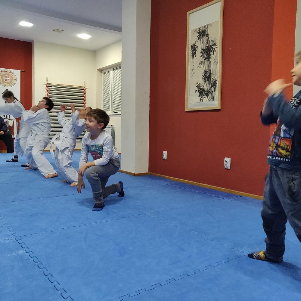 Deca se zagrevaju na početku treninga