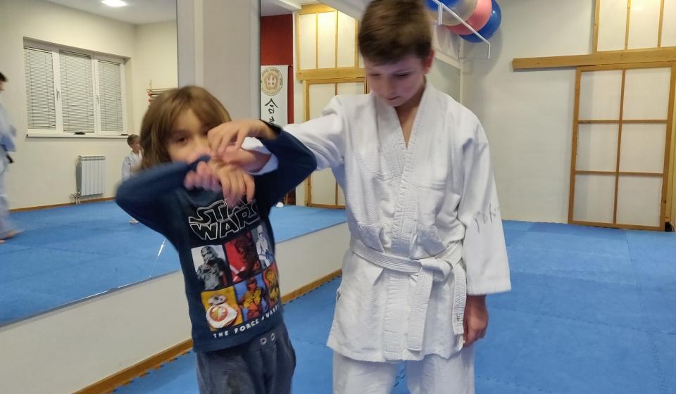 Deca vežbaju Aikido bacanje