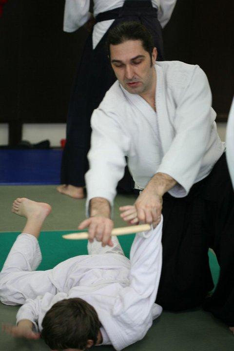 Trener Nebojša radi Aikido tehniku