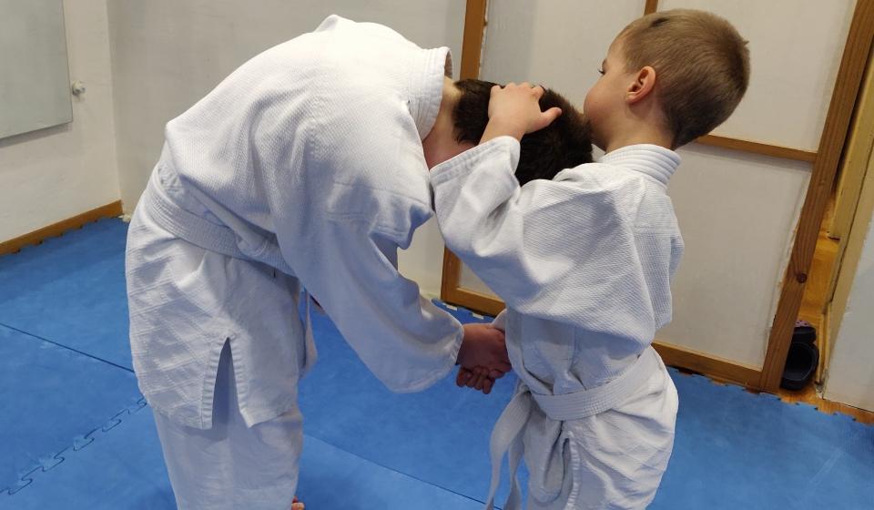 Mladi Aikidoka vežba bacanje
