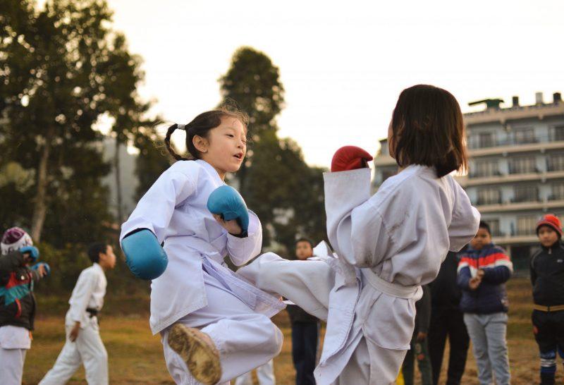 Dve devojčice treniraju karate